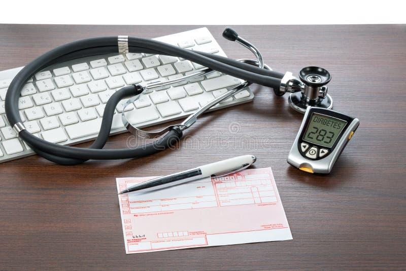 Mètre et recette de glucose sur le bureau de médecins photographie stock