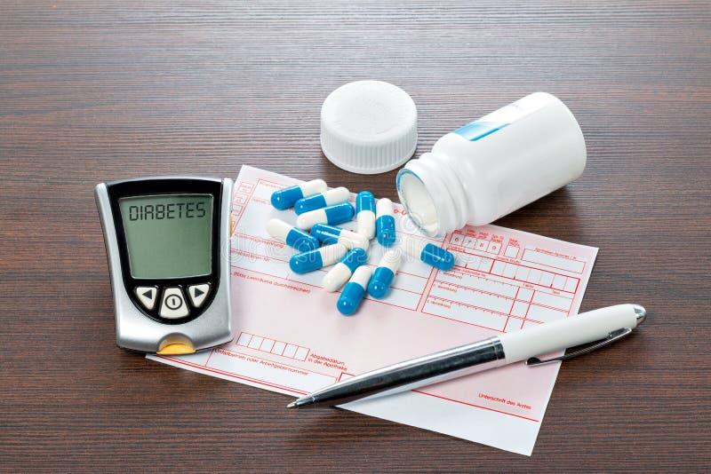 Mètre et recette de glucose sur le bureau de médecins photographie stock libre de droits