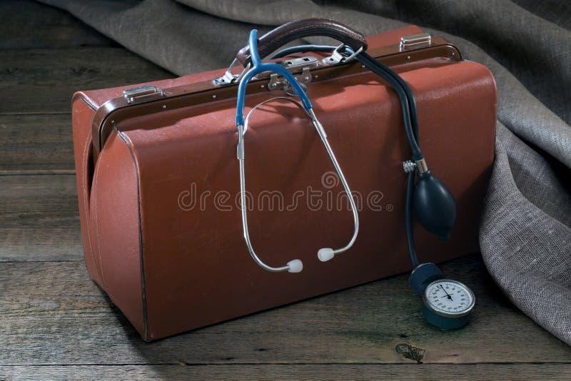Mètre médical de sac et de pression sur la table en bois photographie stock