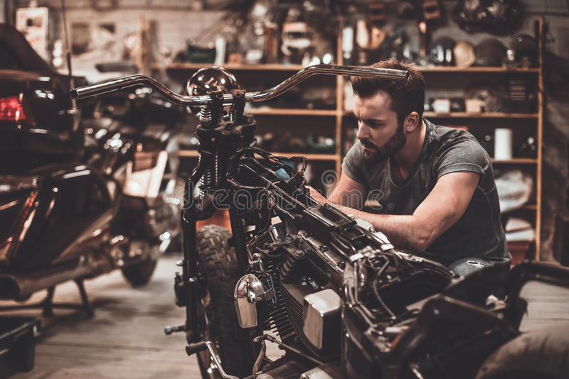 Mécanicien au travail images stock