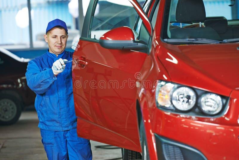 Mécanicien automobile à la carrosserie de réparation image libre de droits