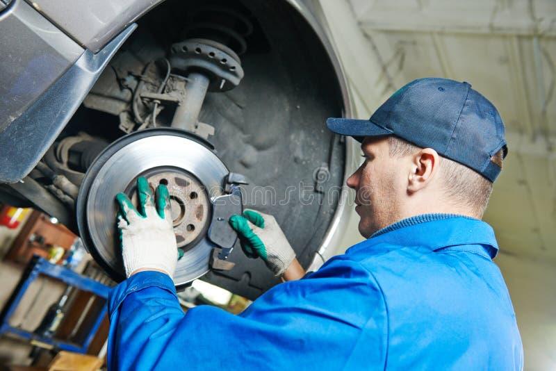 Mécanicien automobile à la réparation de suspension de voiture images libres de droits