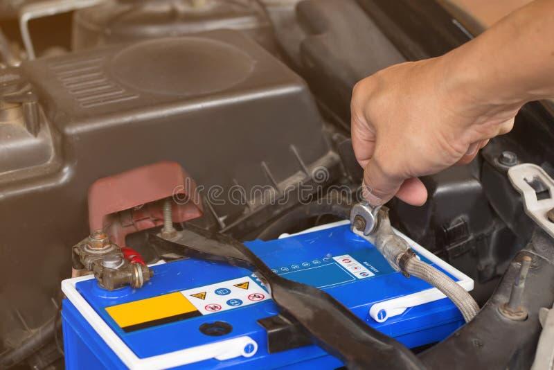 Mécanicien automobile avec le contrôle fonctionnant d'outil et fixe un vieil engin de voiture photographie stock libre de droits