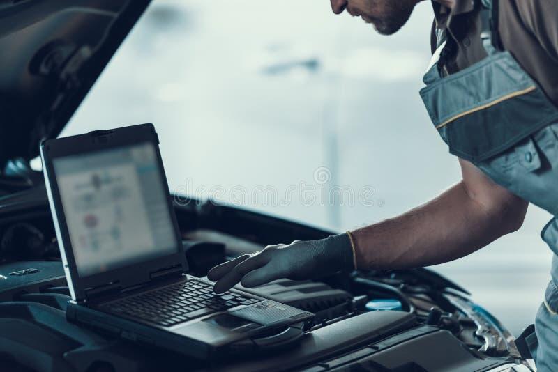 Mécanicien automobile en gros plan Working dans l'atelier de réparations photos stock