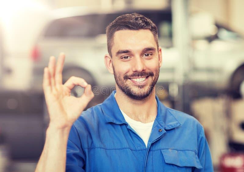 Mécanicien automobile ou forgeron montrant correct à l'atelier de voiture photos stock