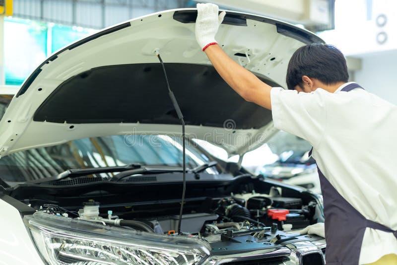 Mécanicien automobile travaillant dans le garage, centre de service des réparations de voiture images libres de droits