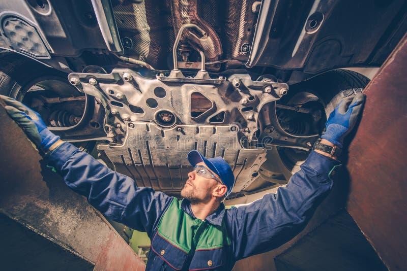 Mécanicien automobile Under la voiture photo libre de droits