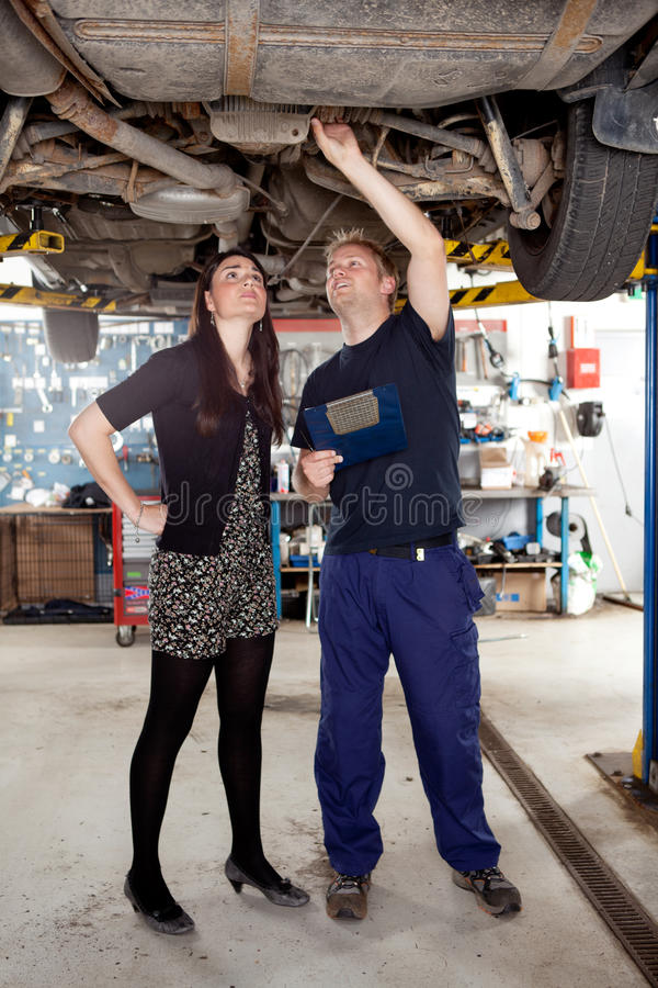 Mécanicien avec le propriétaire image stock