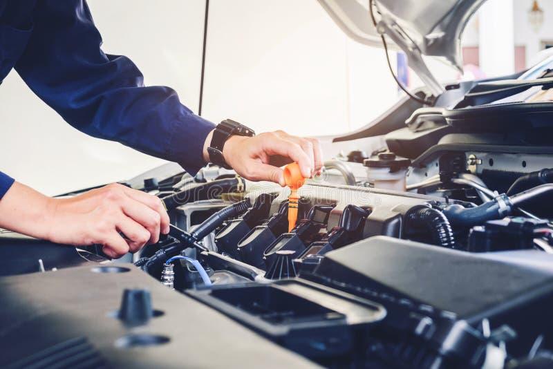 Mécanicien changeant d'huile de mécanicien dans le service des réparations automatique photo stock