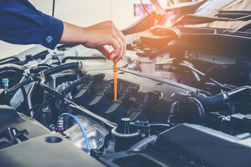Mécanicien changeant d'huile de mécanicien dans le service des réparations automatique photographie stock libre de droits