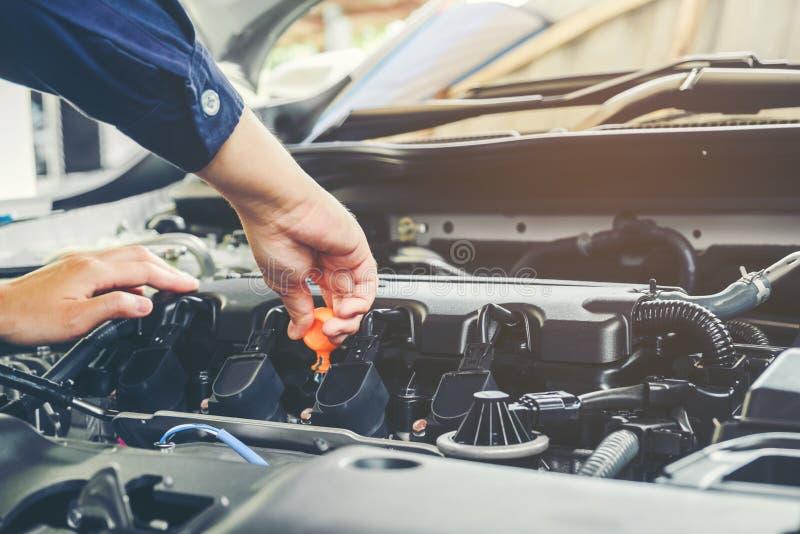 Mécanicien changeant d'huile de mécanicien dans le service des réparations automatique images stock