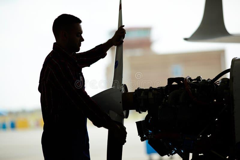 Mécanicien d'aviation Assembling Plane dans le hangar photos libres de droits