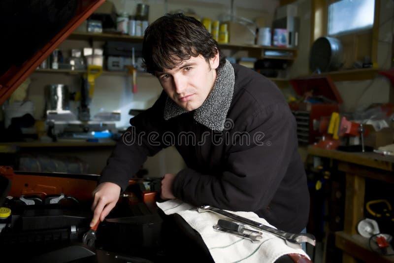 Mécanicien dans son atelier images stock