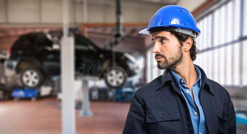 Mécanicien dans son atelier de réparations de voiture photo libre de droits