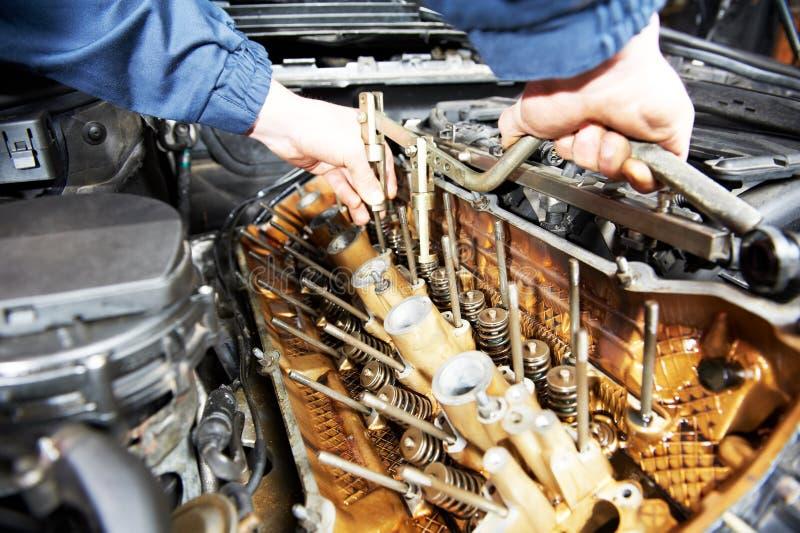 Mécanicien de Machanic à la réparation d'engine de véhicule d'automobile photographie stock