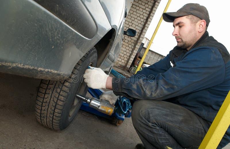 Mécanicien de Machanic au pneu images stock