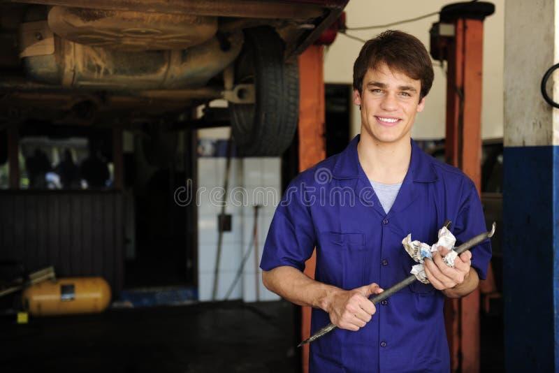 Mécanicien de véhicule au travail avec l'espace de copie images stock