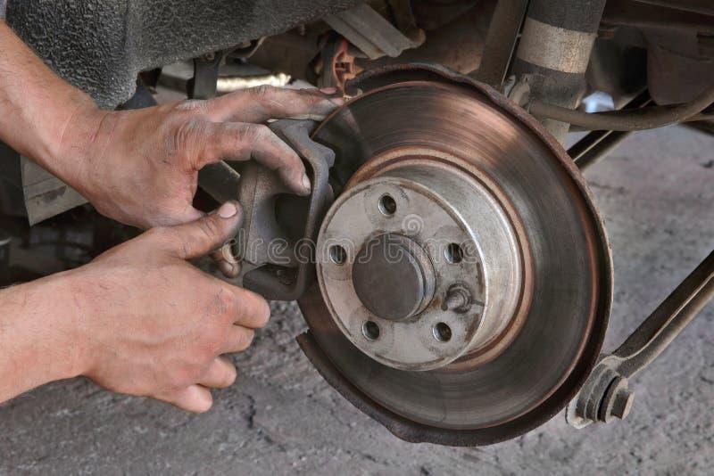 Mécanicien de voiture travaillant aux freins à disque photo libre de droits