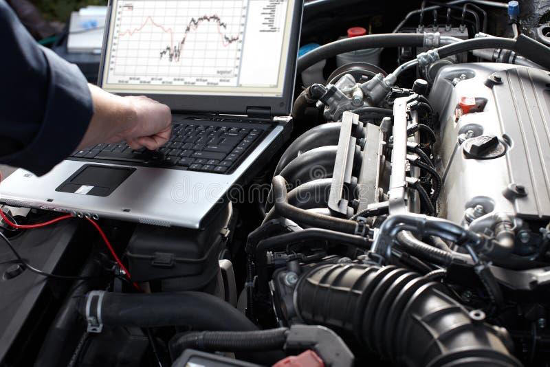 Mécanicien de voiture travaillant dans le service des réparations automatique. photos stock