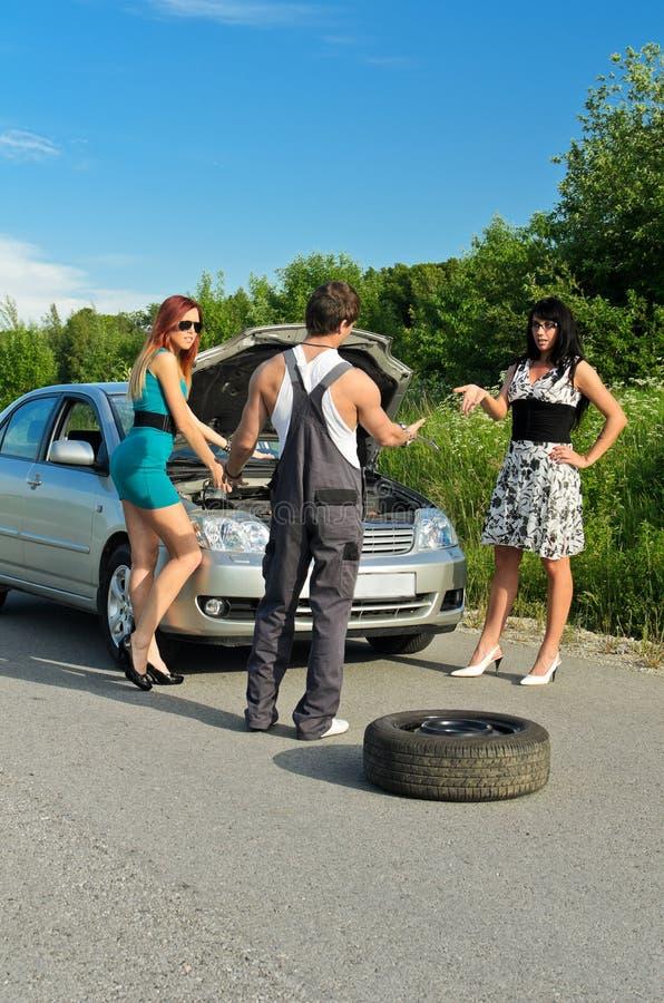 Mécanicien et deux filles image libre de droits
