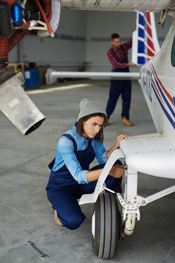 Mécanicien féminin Fixing Plane image stock