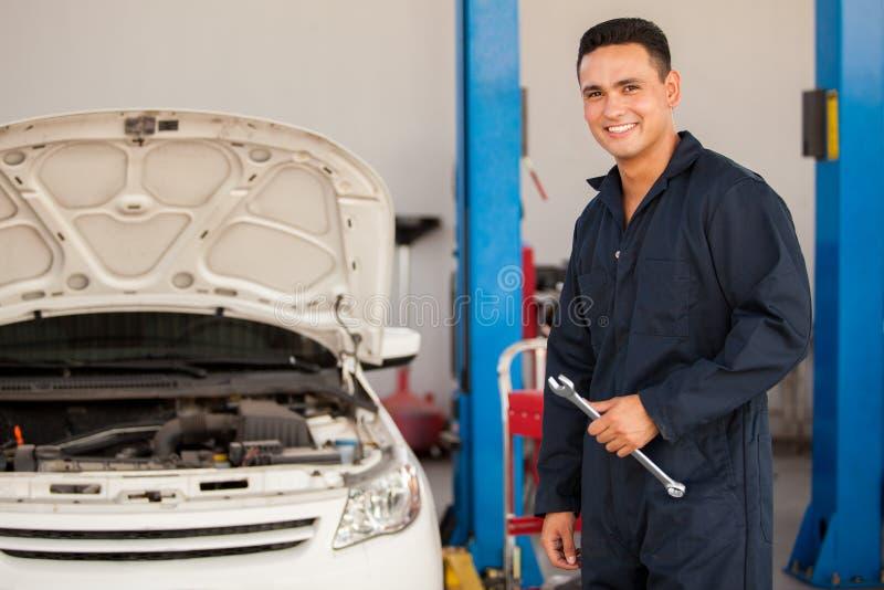 Mécanicien heureux au travail photo stock