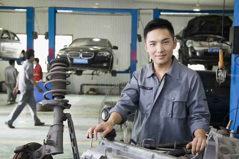Mécanicien sûr Fixing Car Engine, regardant l'appareil-photo image libre de droits