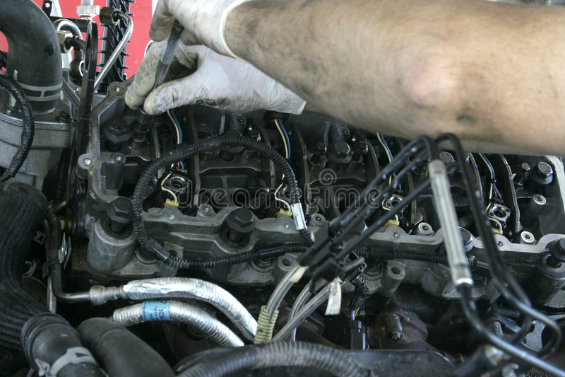 Mécanicien travaillant à l'engine image stock