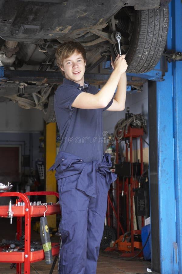 Mécanicien travaillant au véhicule images stock