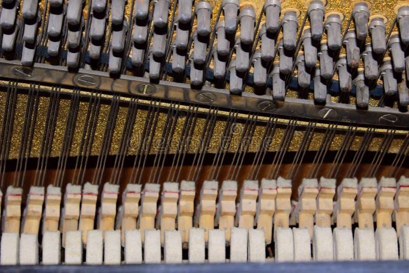 Mécanique cachée complexe à l'intérieur d'un piano Instrument musical 16 photographie stock