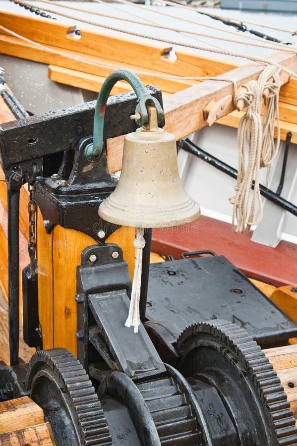 mécanisme de levage de point d'attache sur un vieux voilier photo stock