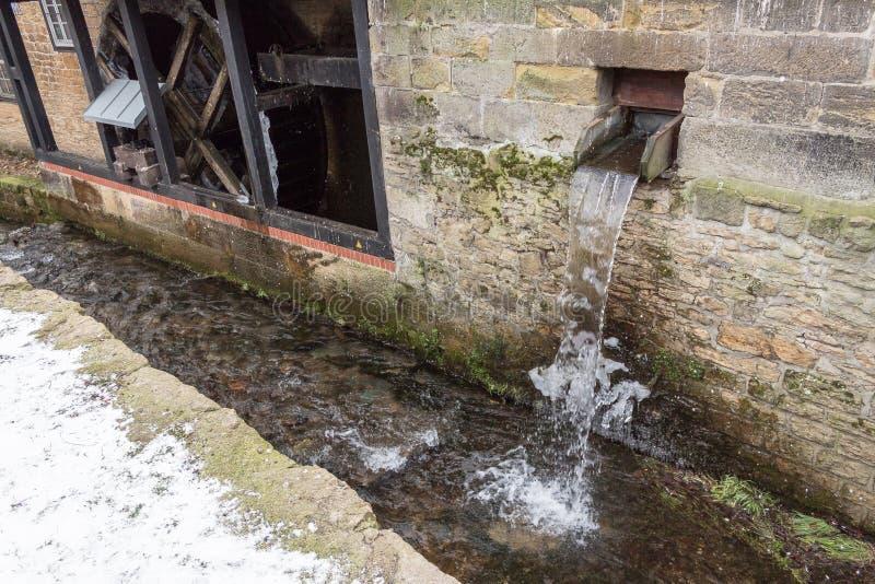 Mécanisme de moulin à eau et hiver gelé de rivière photographie stock libre de droits