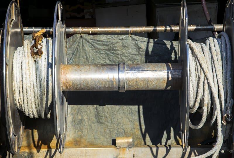 Mécanisme de treuil d'amarrage avec la haussière sur la plate-forme de bateau photos stock