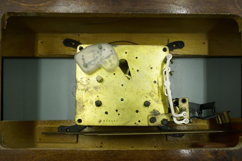 Mécanisme, rouages d'une montre avec des bijoux, plan rapproché Fond de luxe de vintage Temps, concept de travail image stock