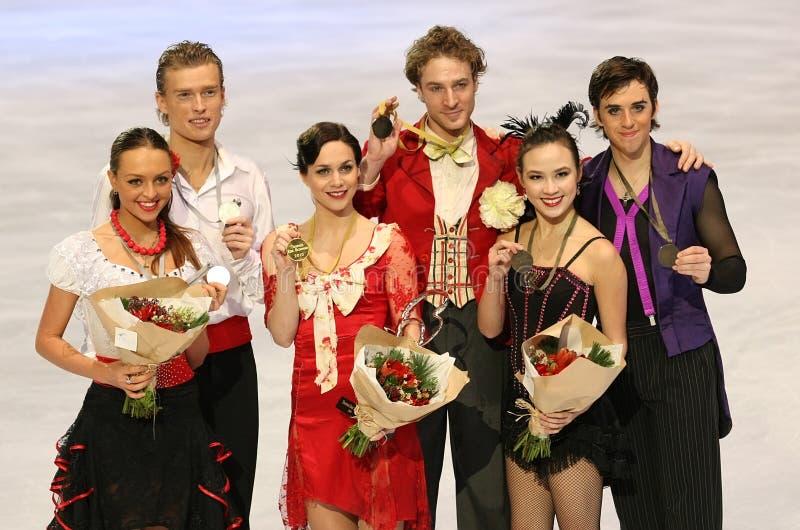 Médaillés dans le patinage de paires photographie stock