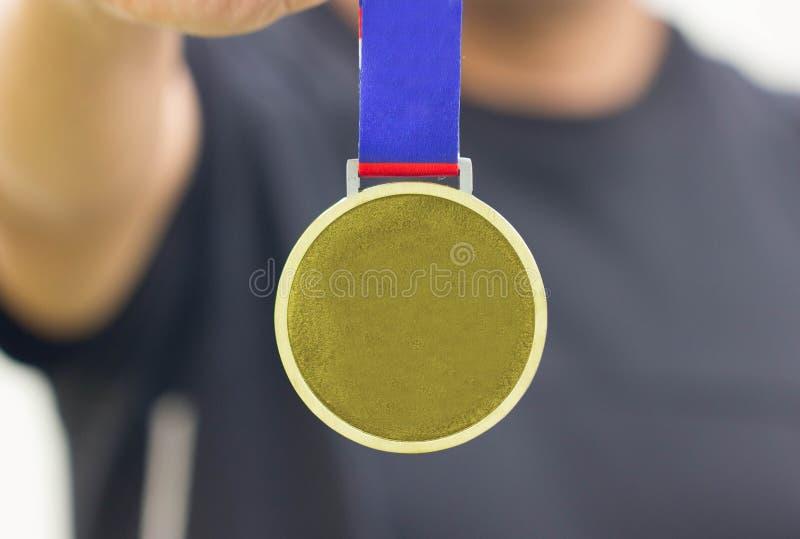 Médaille de Holding Generic Gold d'athlète avec le ruban sur sa main photos libres de droits