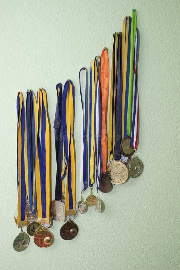 Médailles sur le mur photo libre de droits