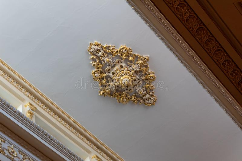 Médaillon élaboré de plafond de feuille moulée de plâtre et d'or, de belle corniche et de travail de frise photo libre de droits