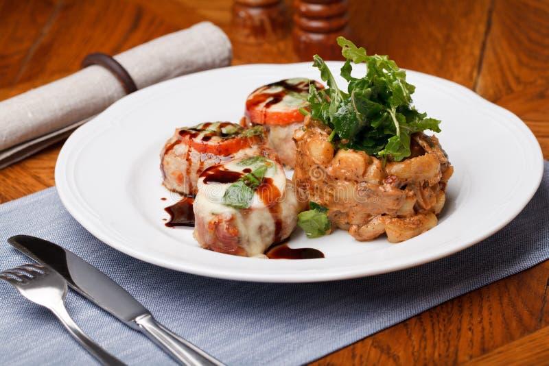 Médaillons de porc avec de la sauce image stock