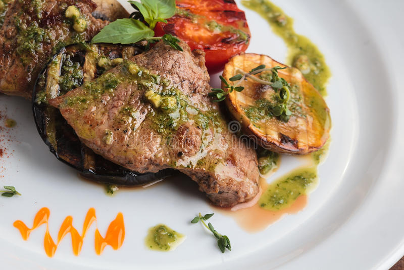 Médaillons de veau avec les légumes grillés photos stock