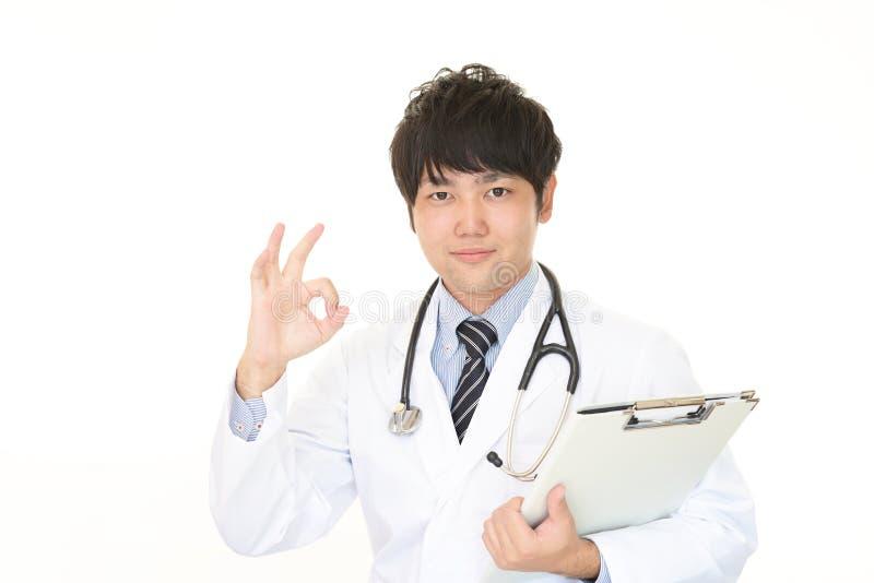 Médecin asiatique de sourire images libres de droits