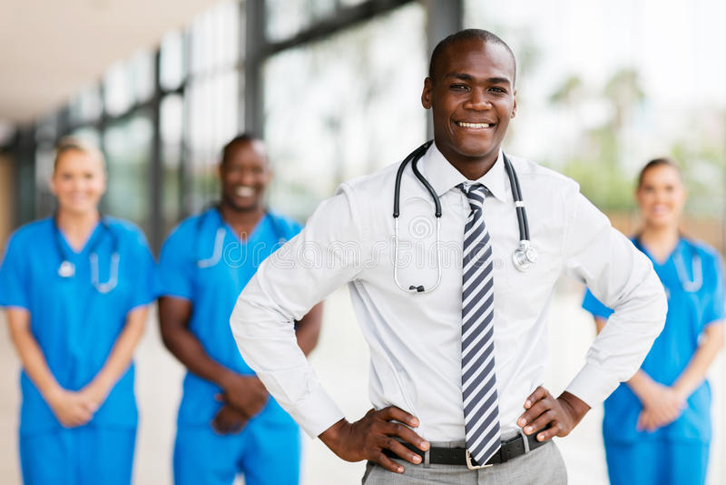 Médecin avec des collègues image stock