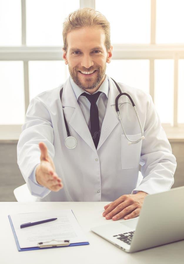 Médecin beau image libre de droits