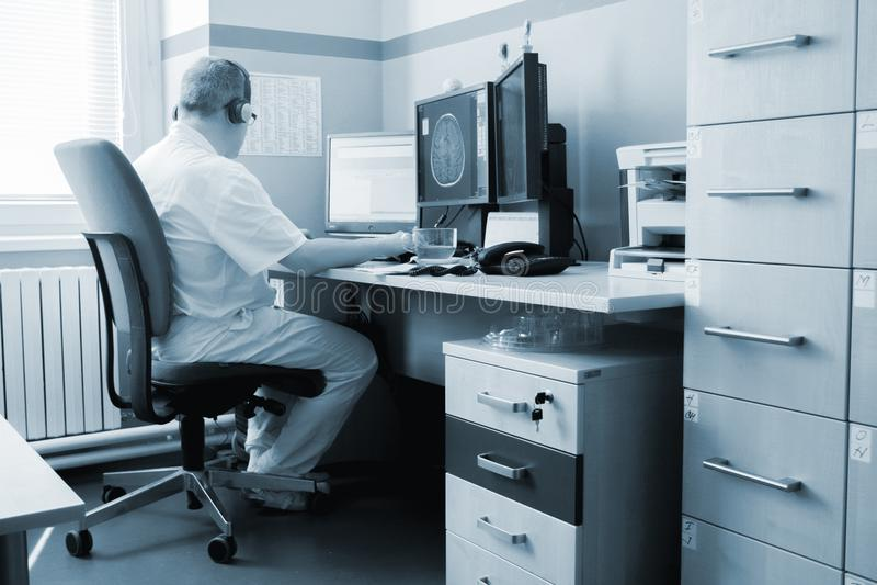 Médecin d'homme avec les rayons X et l'ordinateur portable photographie stock