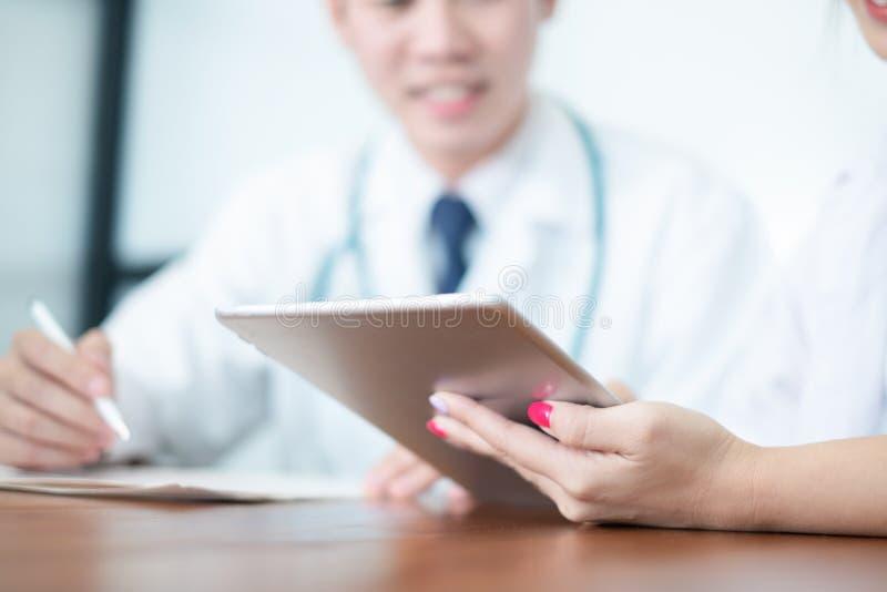Médecin dans le résultat et la prescription uniformes blancs d'écriture sur des écritures, concept médical image stock