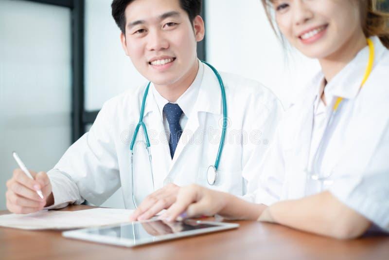 Médecin dans le résultat et la prescription uniformes blancs d'écriture sur des écritures, concept médical photo libre de droits