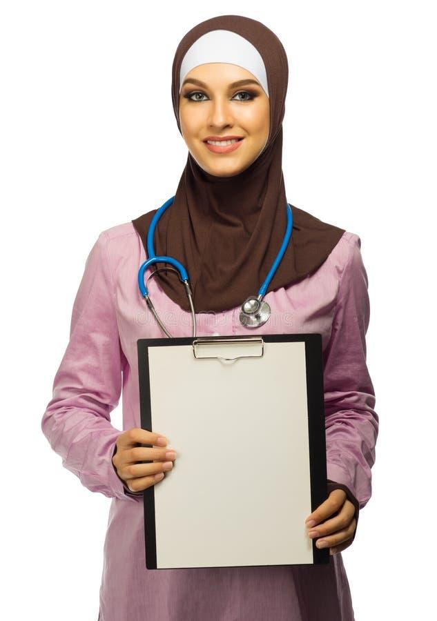 Médecin de jeune femme musulmane image libre de droits