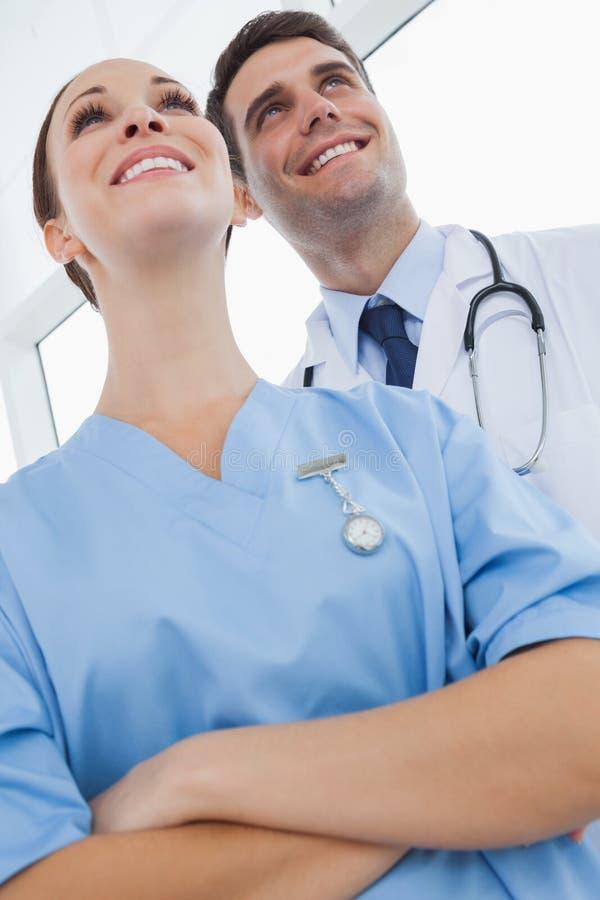 Médecin et chirurgien de sourire regardant loin photos libres de droits