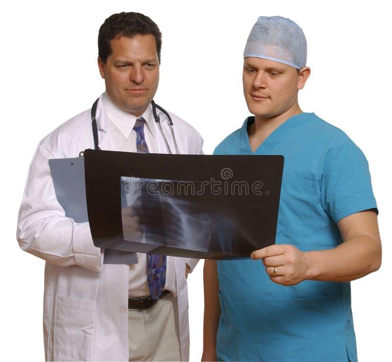 Médecin et chirurgien observant le rayon X images libres de droits