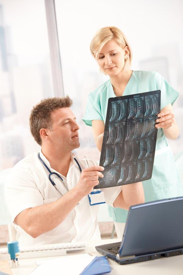 Médecin et infirmière avec l'image de rayon X photos libres de droits
